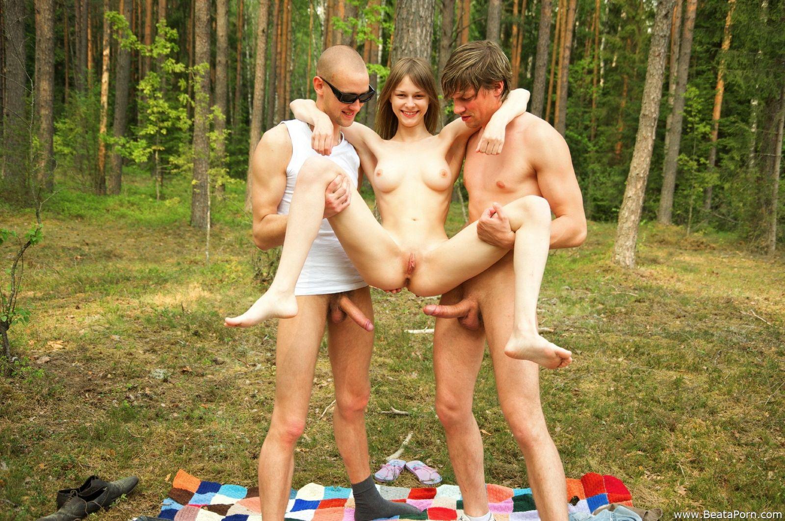 Беата занимается сексом в саду с двумя пареньками