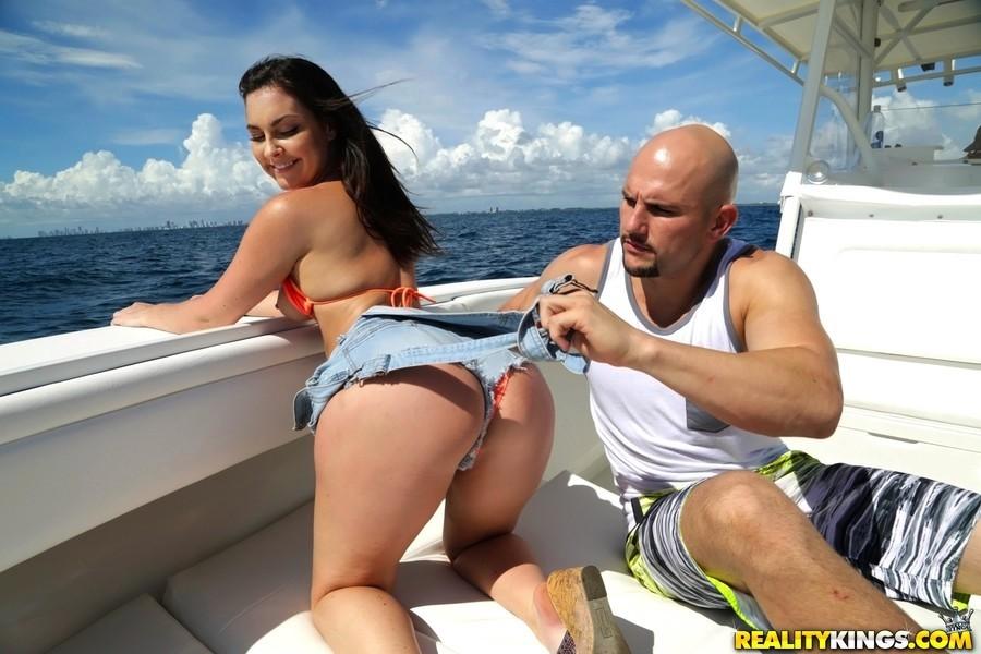 Трах в попу на яхте с изящной тёлкой