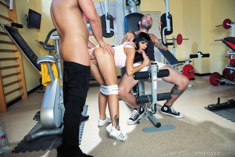 Анджелика занимается сексом в спортзале с двумя