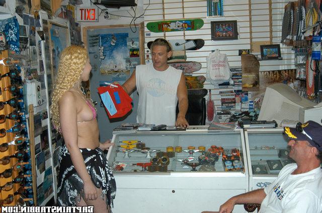 Мулаточка занимается сексом с продавцами в магазине