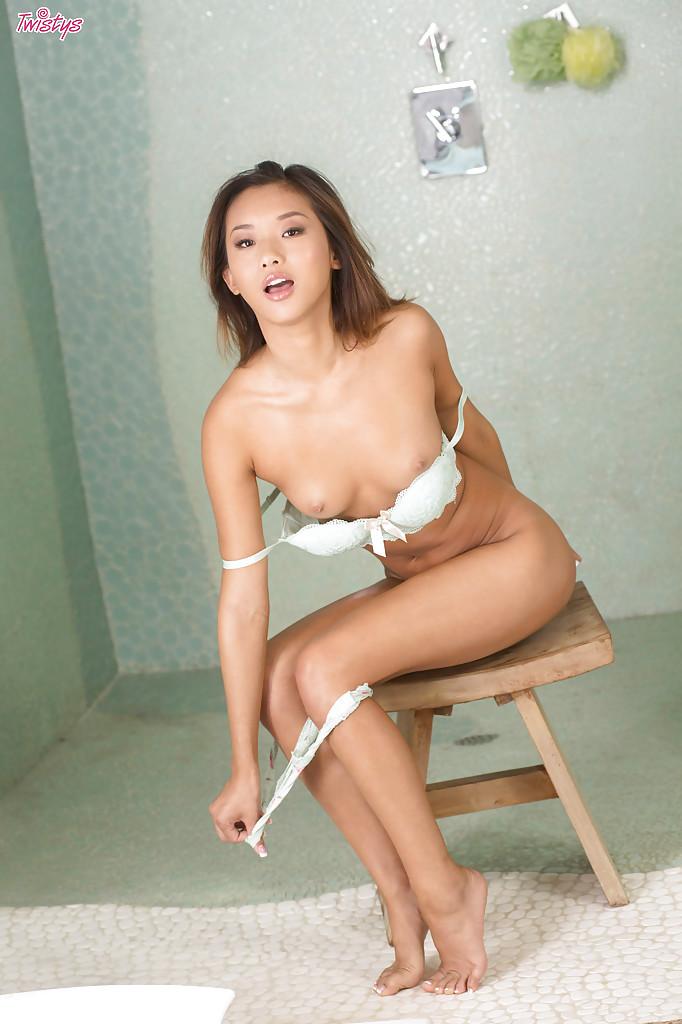 Оголенная азиатская женщина демонстрирует роскошные дырки фото порно