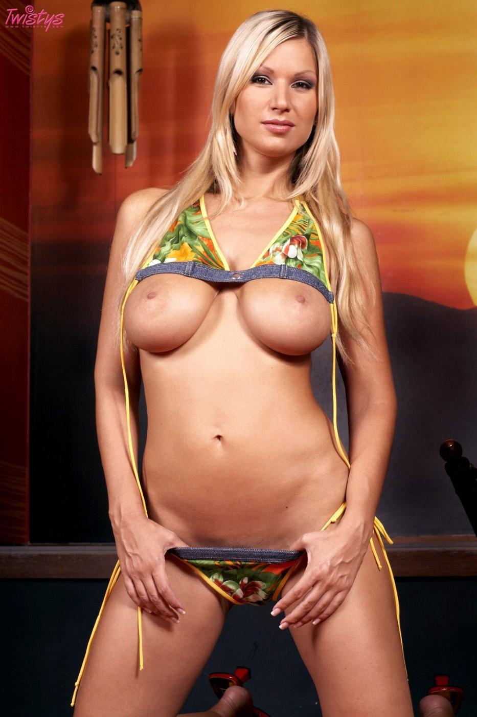 Кэрол Голднерова с огроменными буферами и жадной до дилдо писькой снимает с себя бикини
