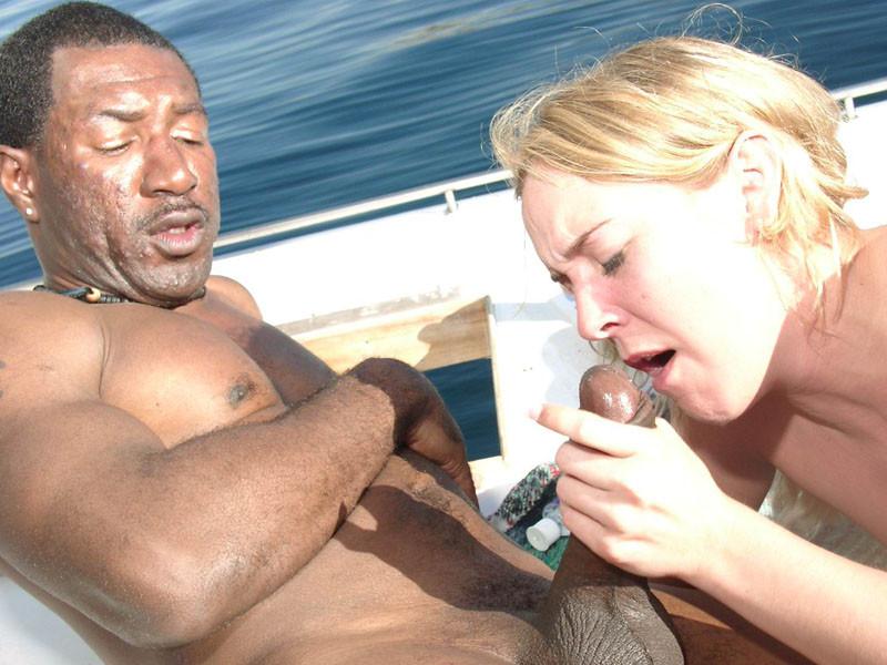Блондинка трахается с двумя неграми на яхте