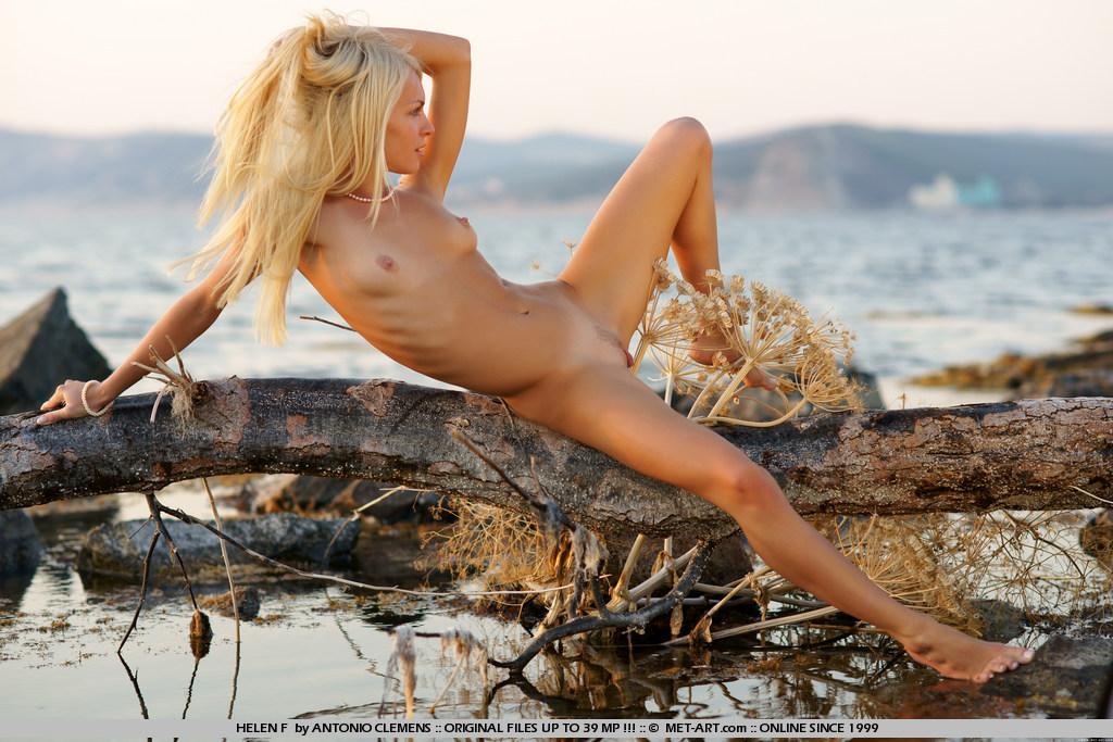 Крутая 18-летняя блондинка Kya Nubiles сексуально снимается на озере