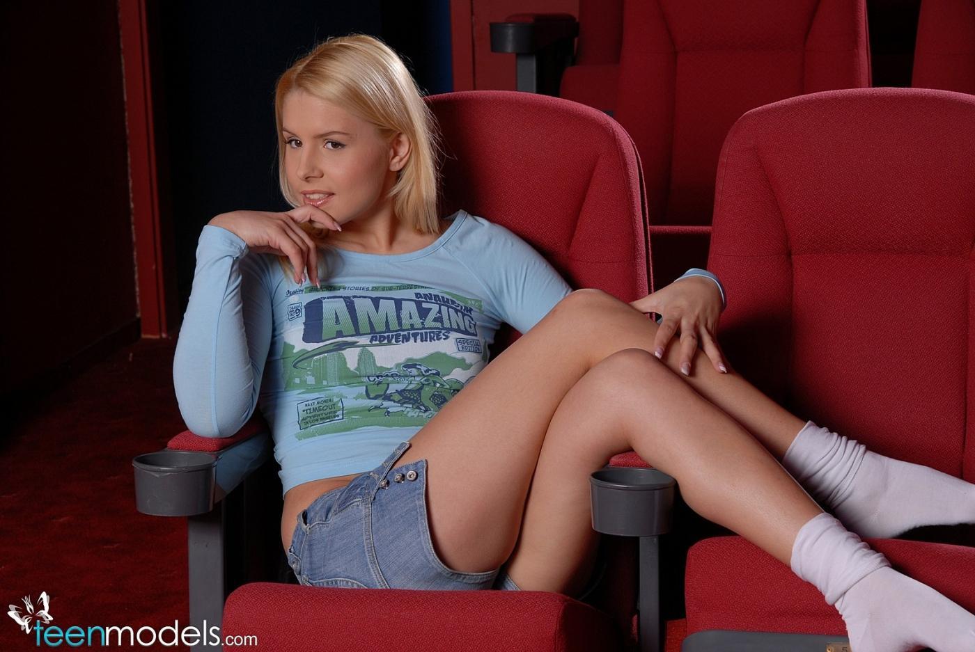 20-летняя блондинка Бренди смайл стягивает свои трусы и вставляет зеленые резиновые шарики в свою сраку и пилотку