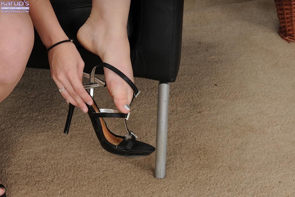 18-ти летняя блондиночка снимает одежду на кастинге в черном кресле