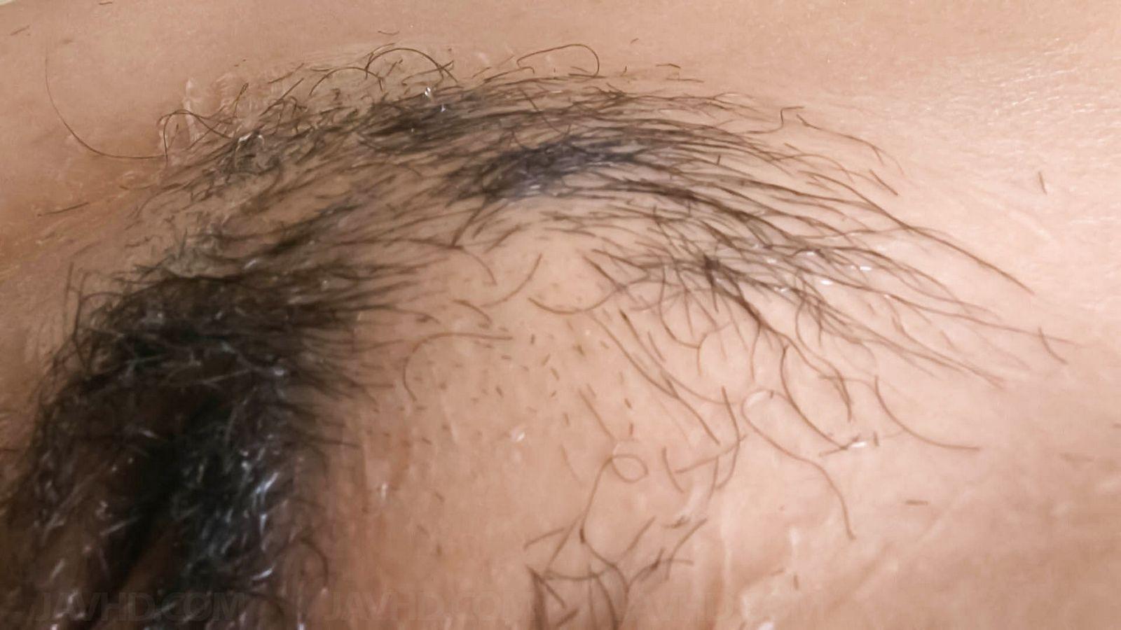Японка с крупной вагиной на камеру бреет себе пилотку станком