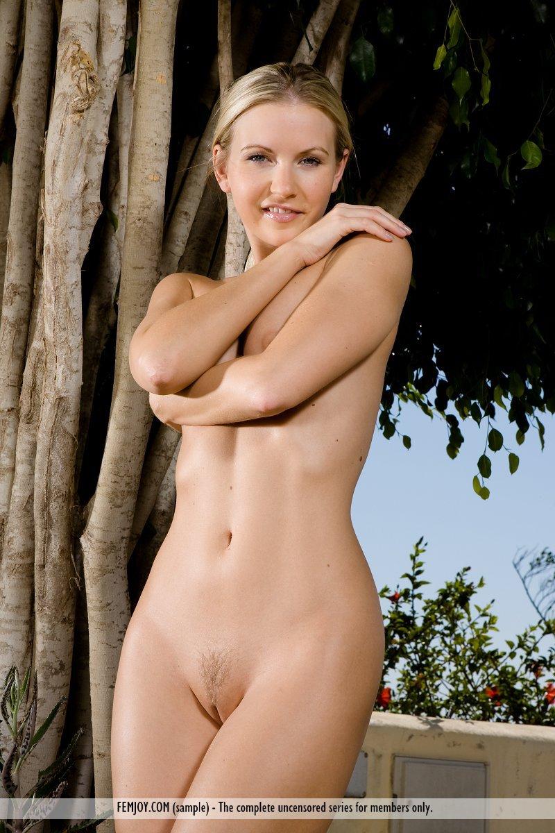 Симпатичная и голая блондинка Heather Lightspeed решает фотографироваться на поляне