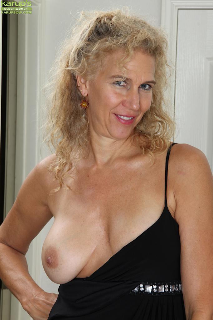 Классная зрелая светлая порноактриса Cally Jo снимает нижнее белье и играется сама с собой