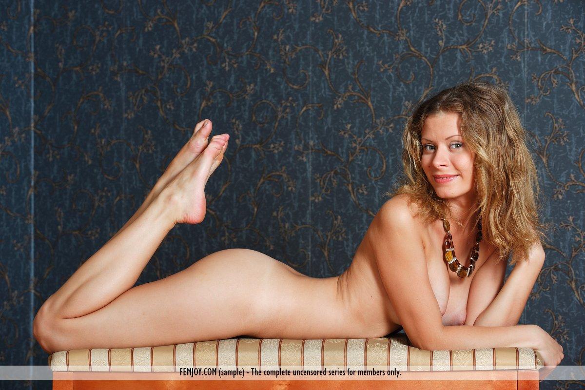 Большегрудая милашка-блондинка Oliwia A выглядит невероятно, одев только ожерелье