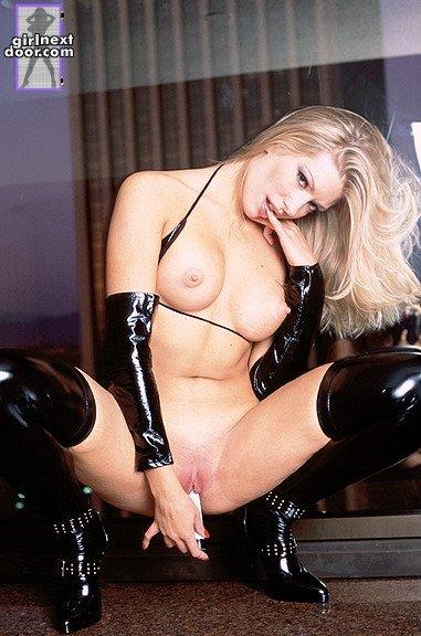 Огненная блондинка в темном латексе Laurie Wallace забавляется со своей гладкой розовой вагиной