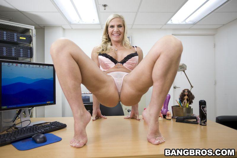 Возрастная блондинка Amberi Irons грубо сношается в пизду