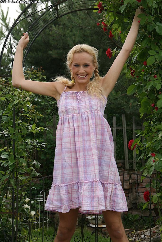 Развратная титькастая модель со свелыми волосами Welli Angel снимает платье и фотографируется голой