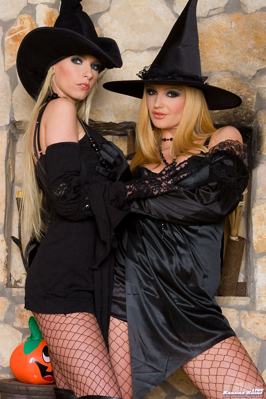 Титькастые блондинки Alexis и Sandra Shine снимают свою черную одежду и ебут друг друга в попку игрушкой на Хэллоуин
