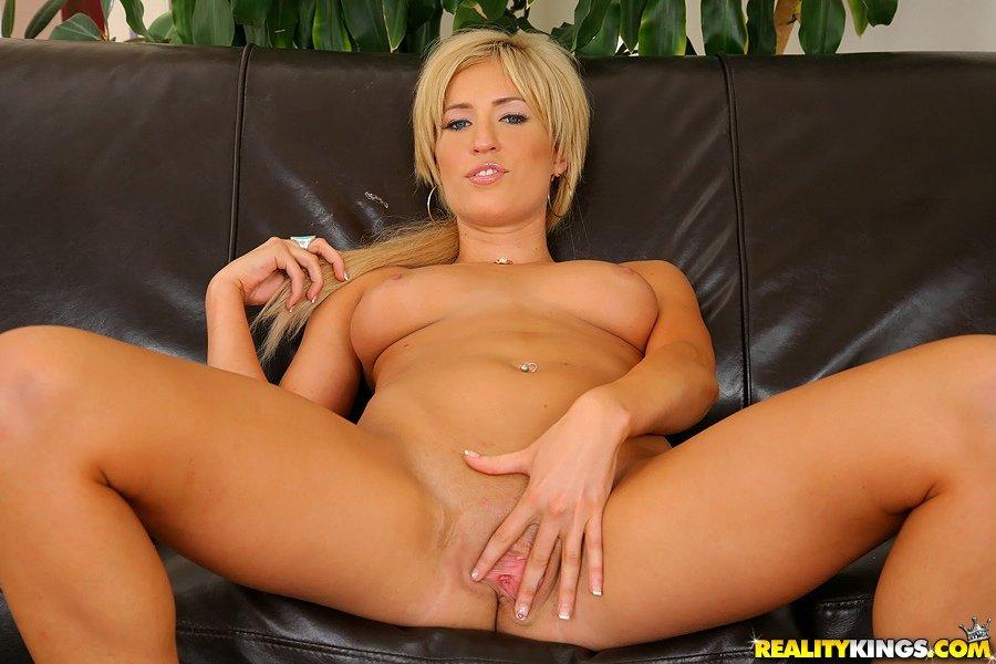 Блонди с выбритой пиздой и роскошной сракой Виктория Уайт сношается и оказывается покрыта кончёй
