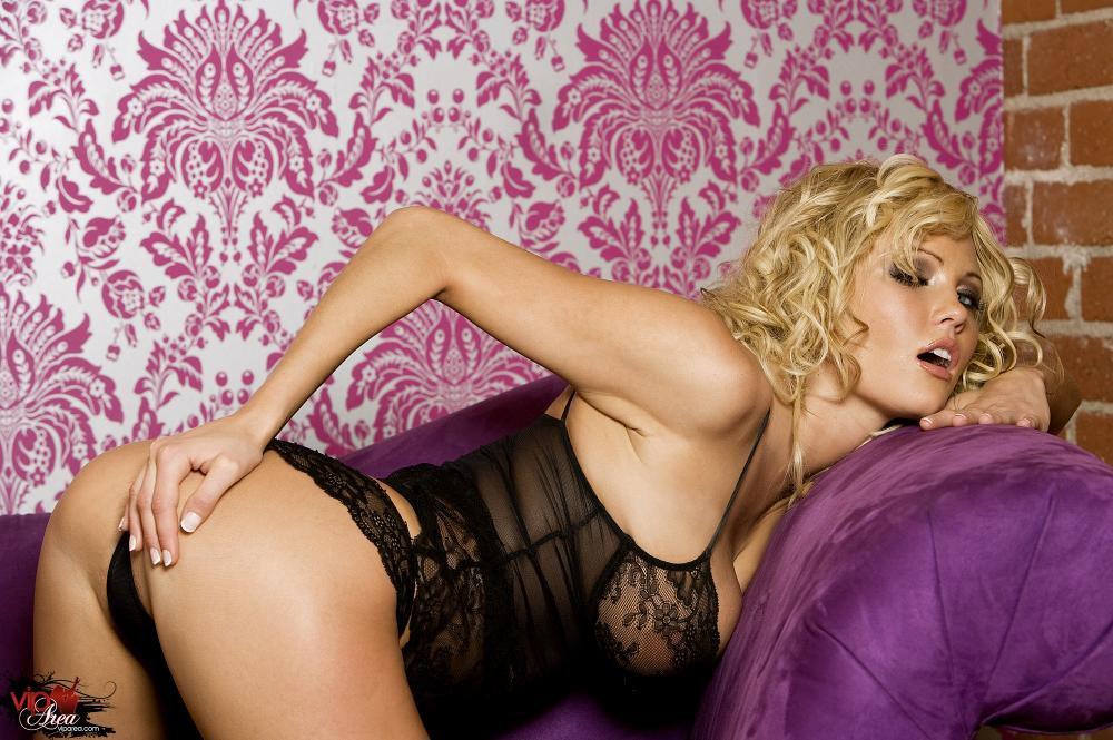Большегрудая блондинка в белье - Hanna Hilton, обнажает свою нежную пилотку