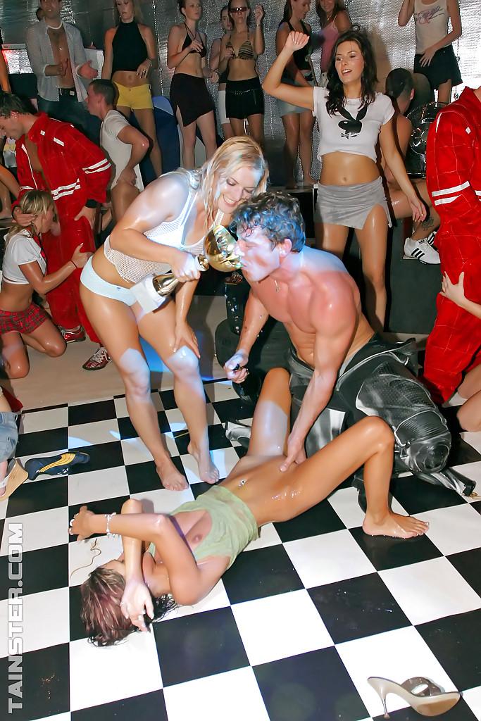 Молодежь в клубе отрывается на пышную катушку