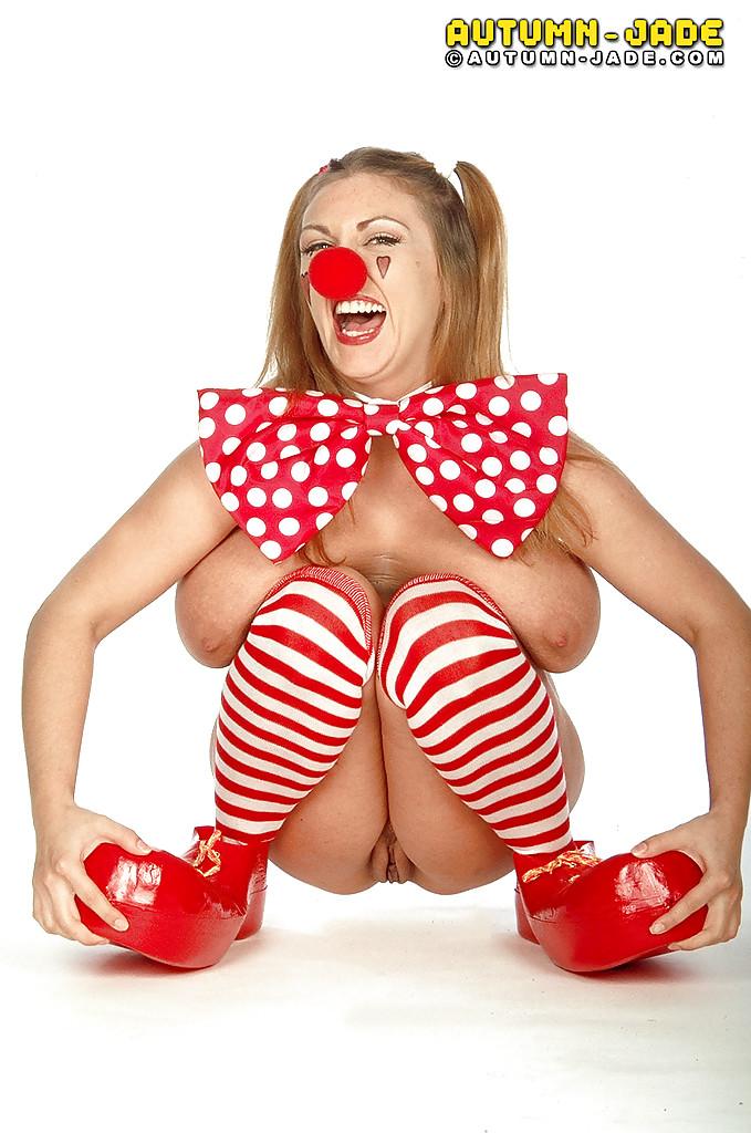 Барышня в наряде клоуна показывает пухлые титьки и киску ххх фото