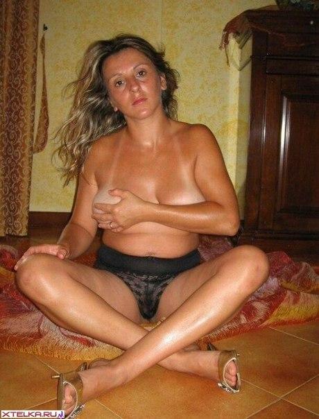 Матерые тёти в любительской обстановке демонстрируют нагие тела