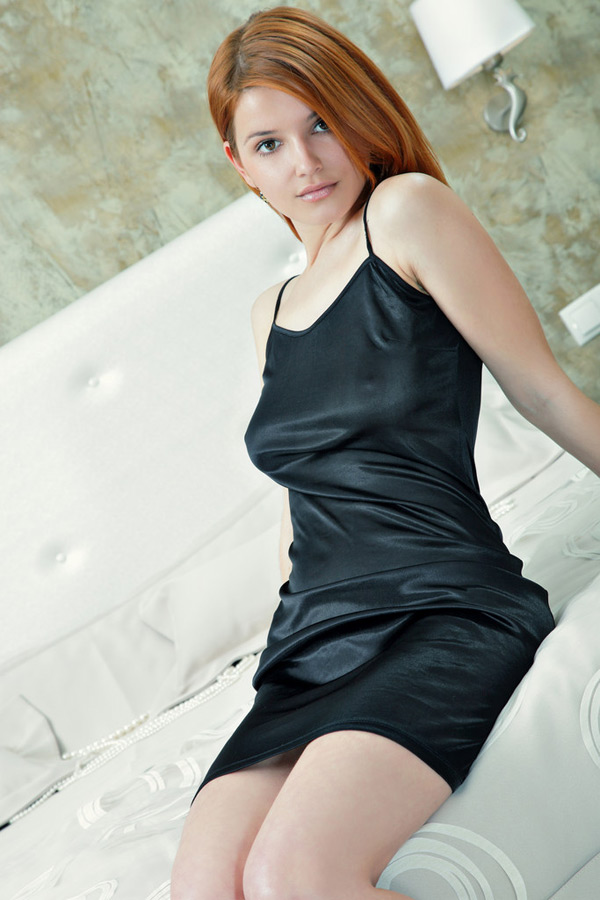 Рыженькая красоточка склоняет к сексу бойфренда, устроив миниатюрной стриптиз