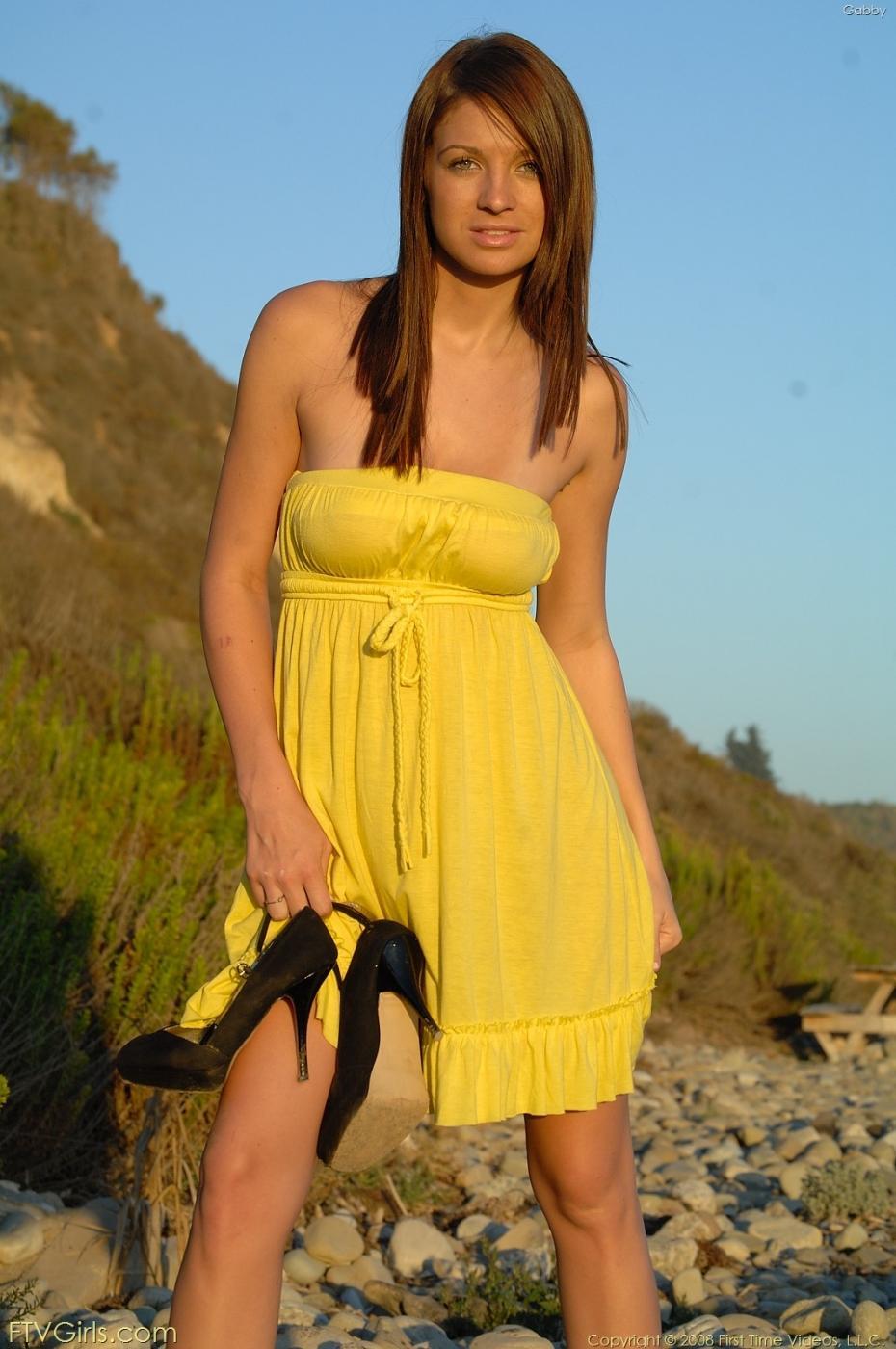 Gabby FTV в желтом платье с гигантскими дойками и стриженной пиздой
