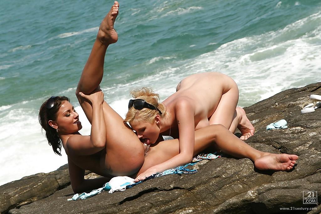 Пацан застукал на берегу моря 2-х соблазнтельных любовниц
