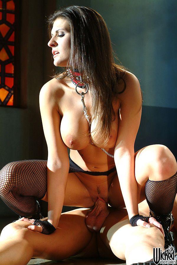 Титястая рабыня на поводке Остин Кинкейд отдается своему хозяину
