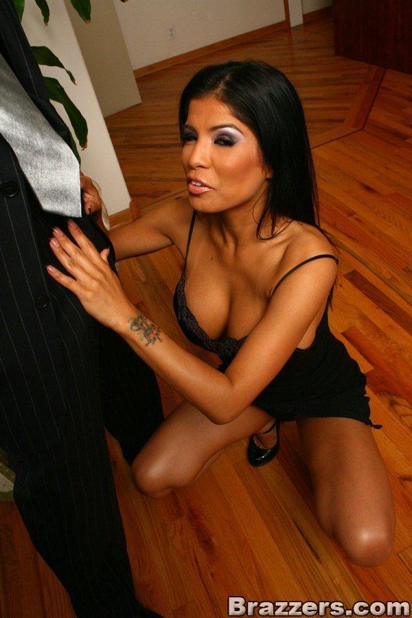 Сиськастая этническая секс-бомба в чёрном Алексис Амор сосет и занимается сексом с элегантным дядей