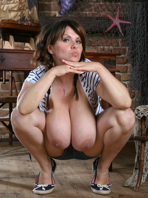 Мамка балуется со своими огромной грудью