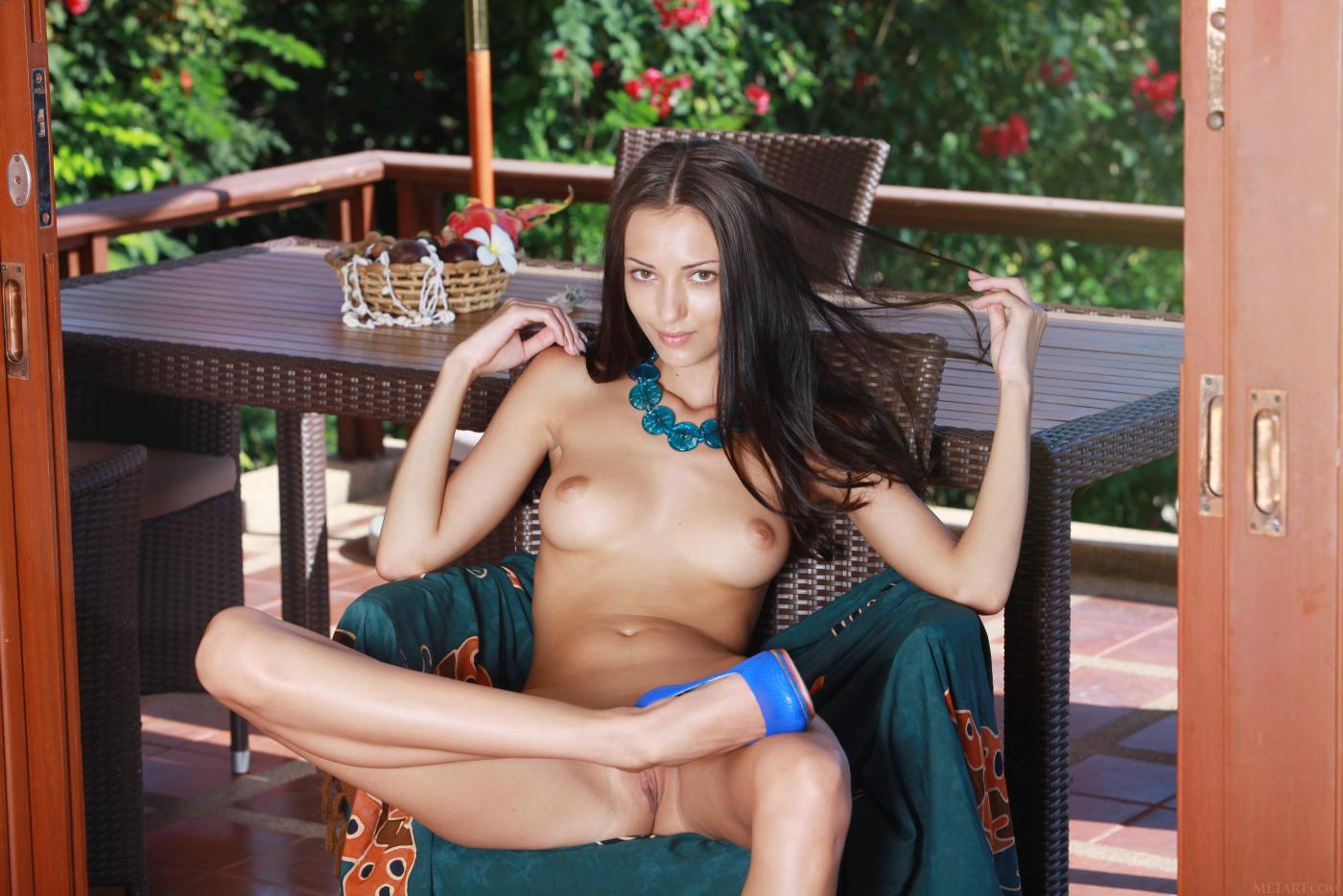 Блистательная шатенка Anna Aj остается абсолютно без трусиков, но на высоких каблуках и в светло-синем ожерелье