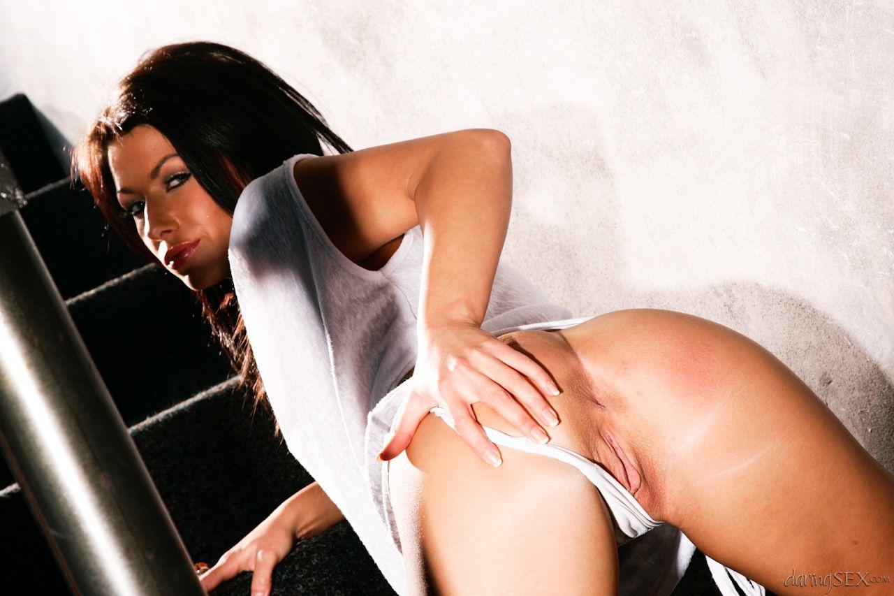Худая брюнетка Синди Доллар сдвигает бикини