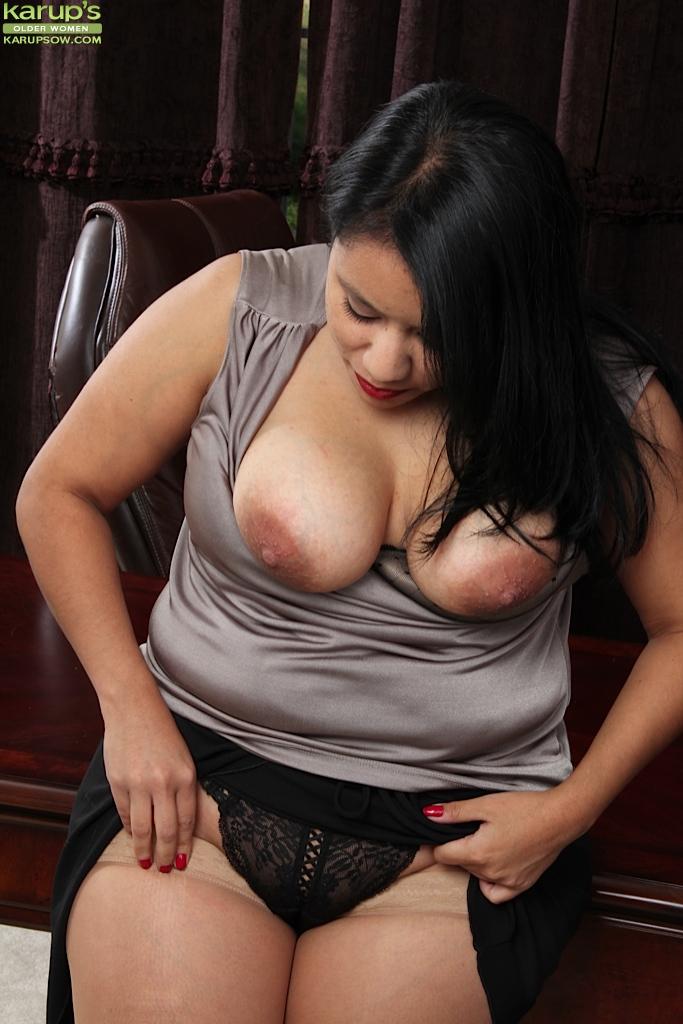 Опытная красавица с огромной сракой мастурбирует на офисном столике