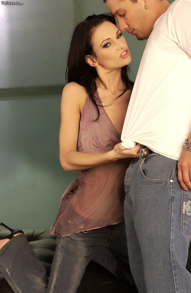 Модель с темными волосами Victoria Sin с красивыми, маленькой грудью занимается сексом после того, как доставляет оральное удовлетворение