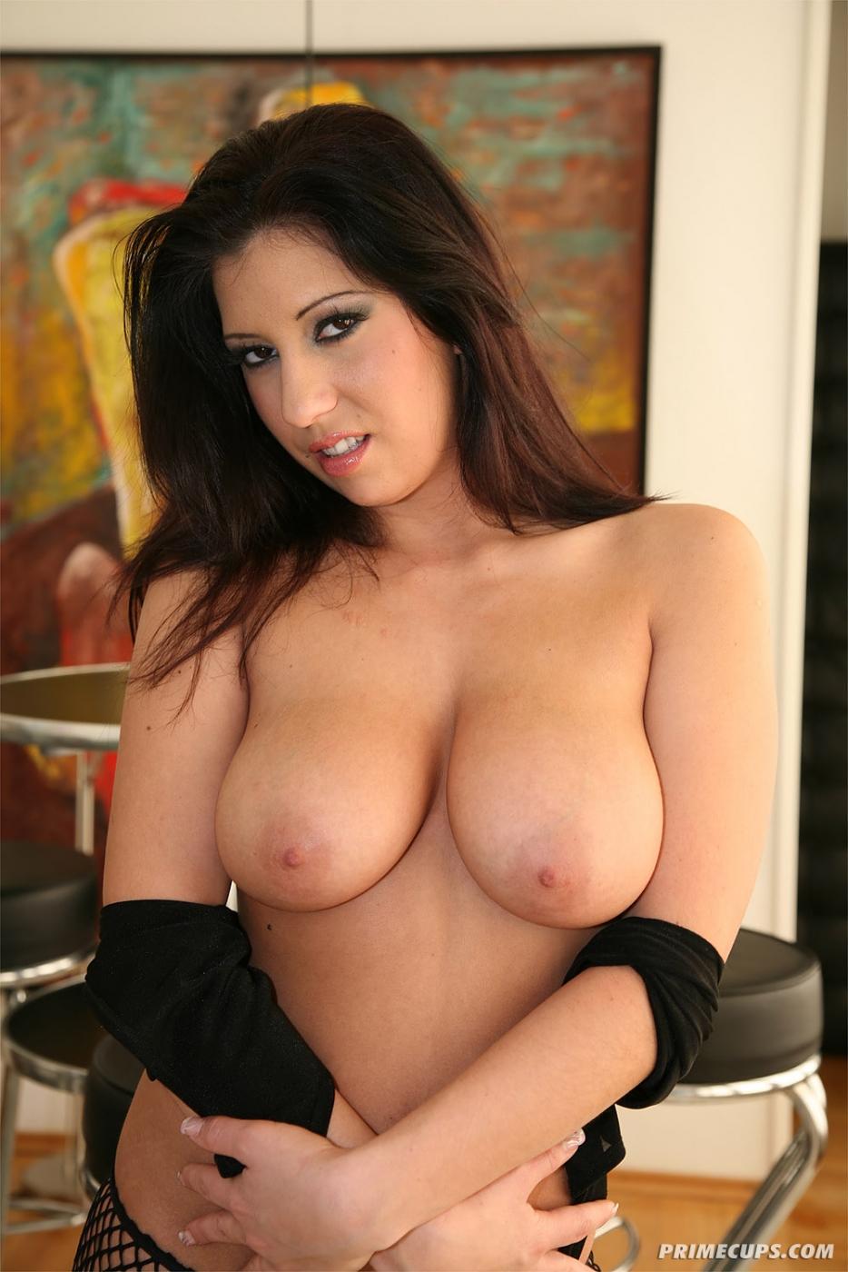 Титястая русая порноактрисса Sylvia Diamond обнажает свое убийственное туловище и ебется с двумя парнями