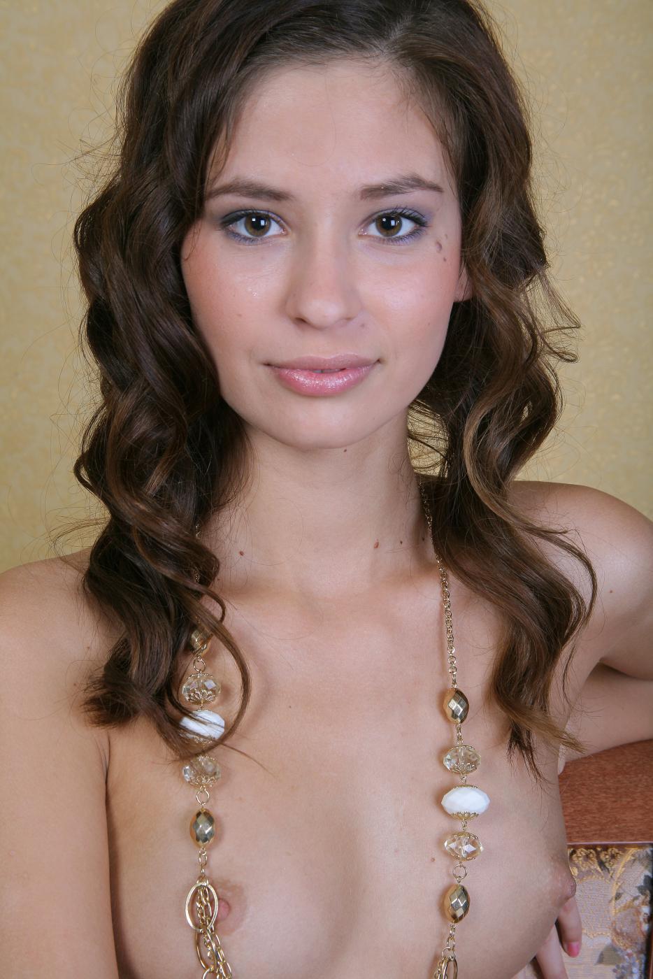 Выразительная брюнеточка Irina J снимается и принимает разнообразные возбуждающие и роскошные позы