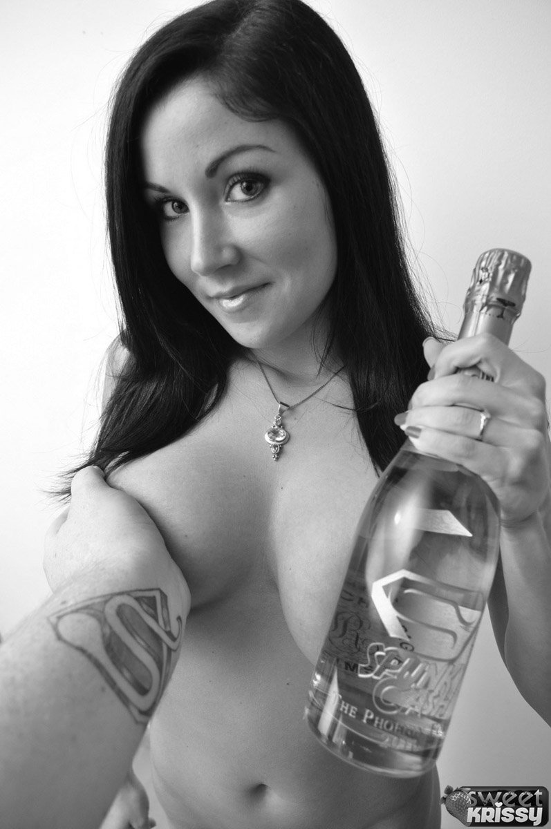 Шатенка с круглой задницей в бикини и лифчике Sweet Krissy забавляется с бутылкой шампанского