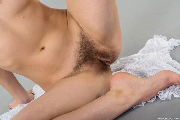 Линда хвастается своими маленькой грудью около качели