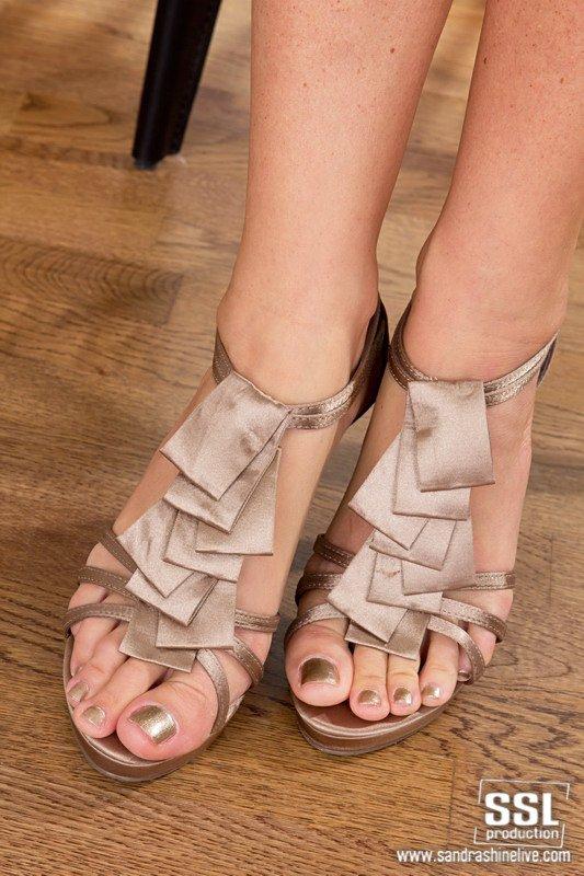 Брюнеточка на высоких каблуках Sandra Shine обнажает свои длинные ноги и бритую вульву