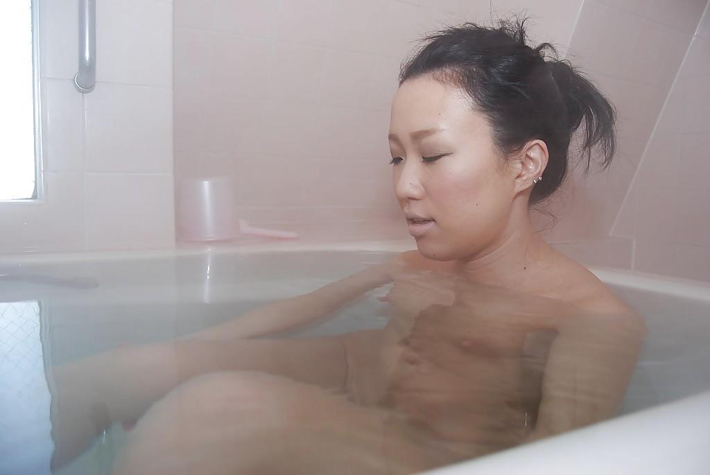 Хрупкая азиатская женщина в чем мать родила под струями душа трет киску ххх фото