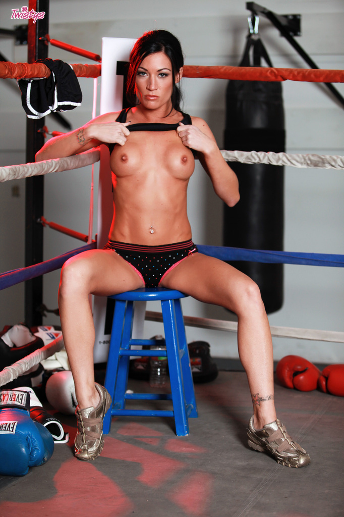 Боксерша обнажилась на ринге перед тренером xxx фото