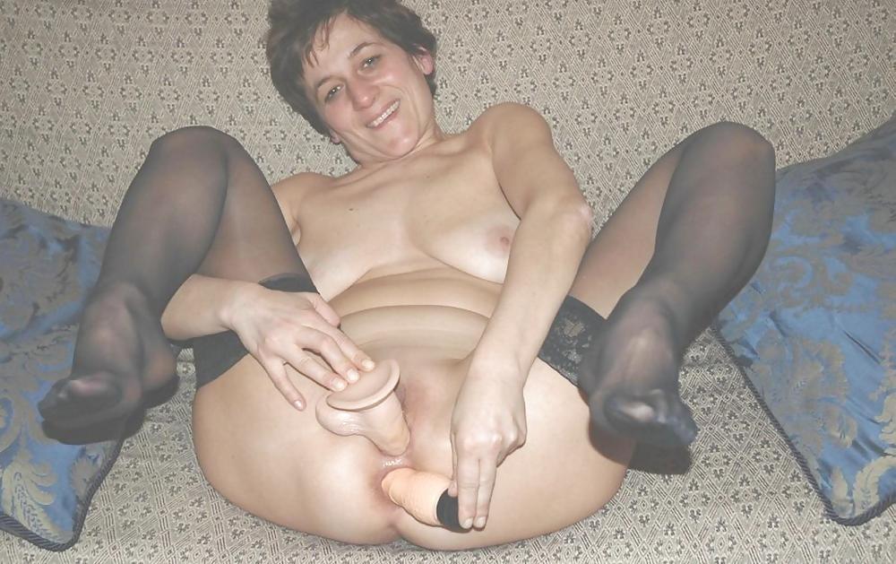 Итальянская тетка Сильвия разводит ножки и пихает в свои дыры самотыки