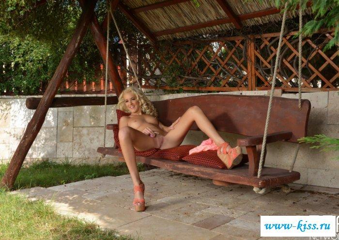 Голая голубоглазая блондинка шалит