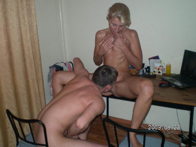 Русская блондинка замужем делает ребятам групповой отсос