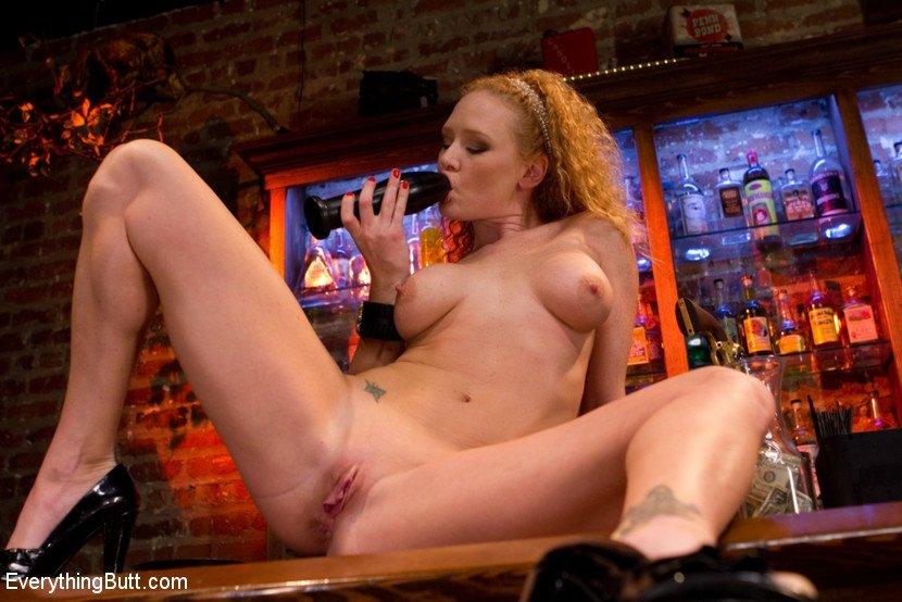 Двойной анальный секс на барной стойке