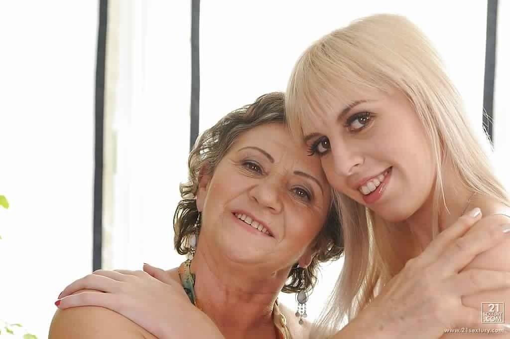 19-летняя блондинка захотела набраться лесбийского опыта у опытной дамочки