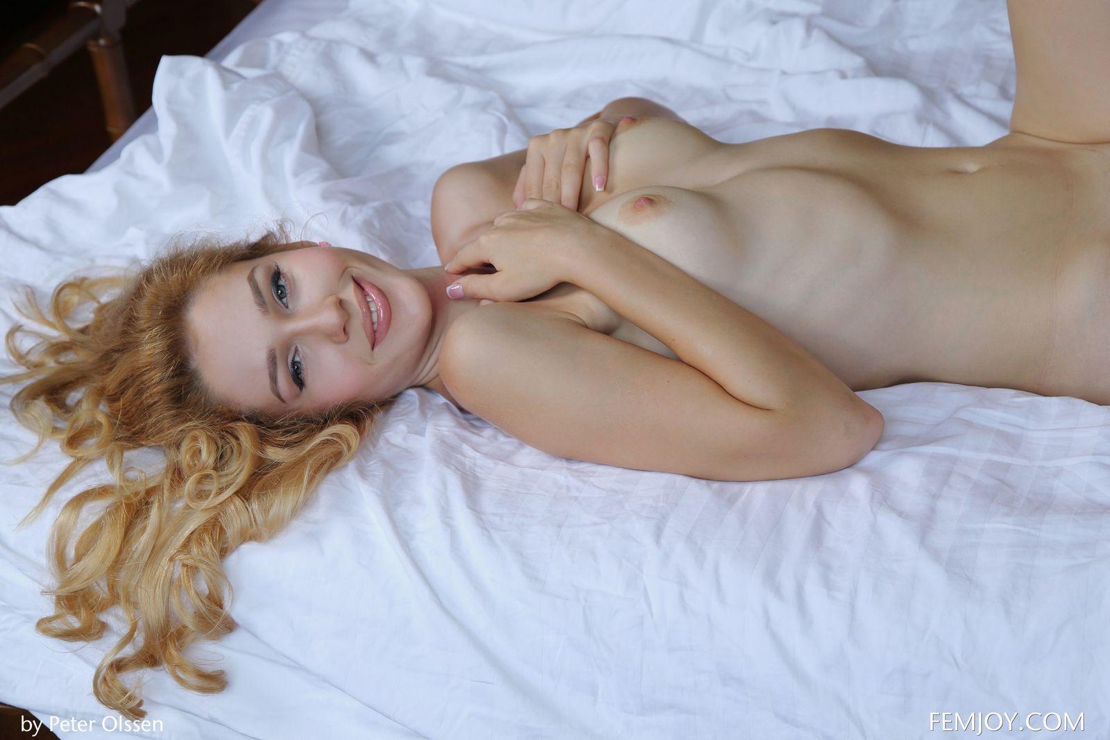 Топ-модель Ксана разводит ножки лежа на постели