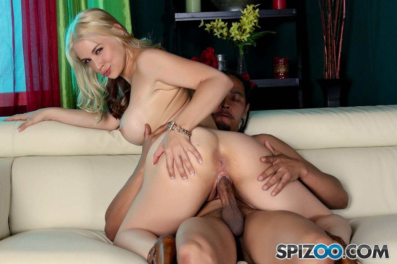 Sarah Vandella - раскрепощенная блондинка, которая умеет широко раздвигать ножки
