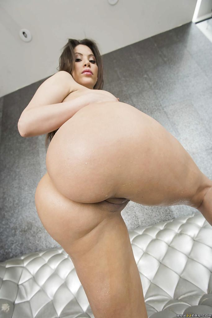 Aleska Nicole снимается на высоких каблуках