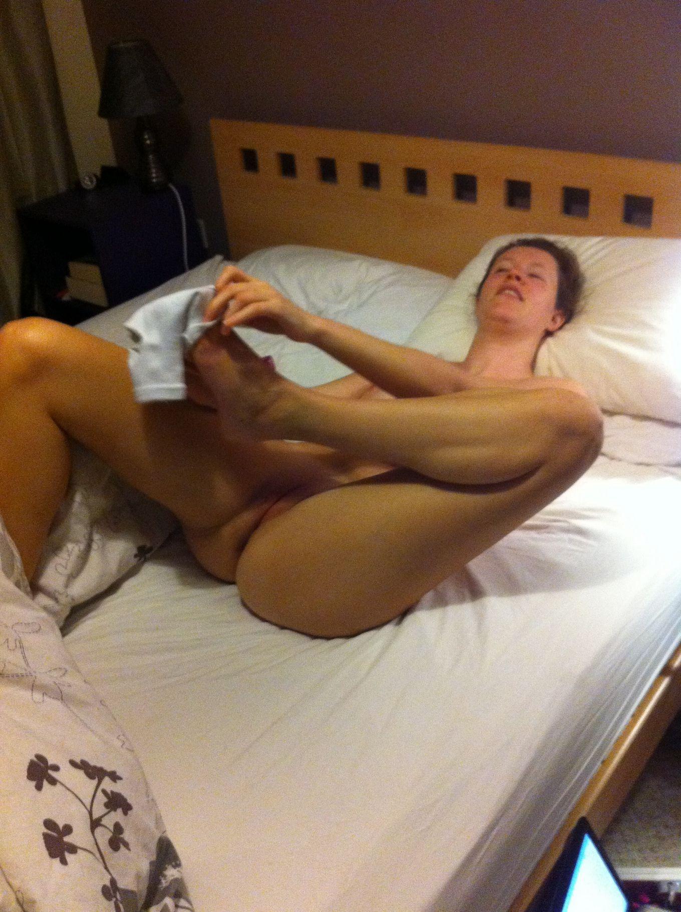 Элли показывает киску с близкого расстояния лежа в постели