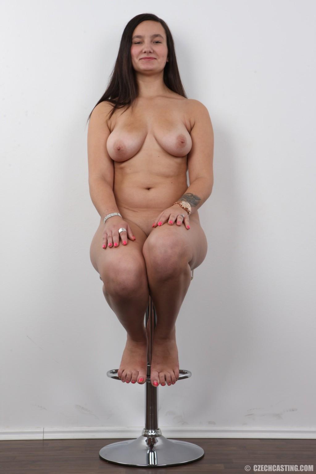 Слегка жирная темноволосая девка пришла на порно кастинг